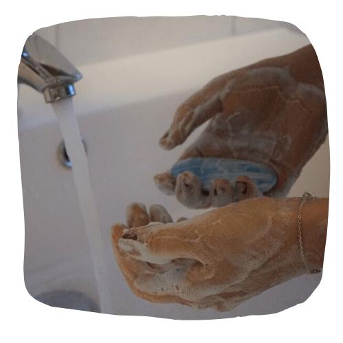 lavarse las manos para prevenir el coronavirus en la oficina